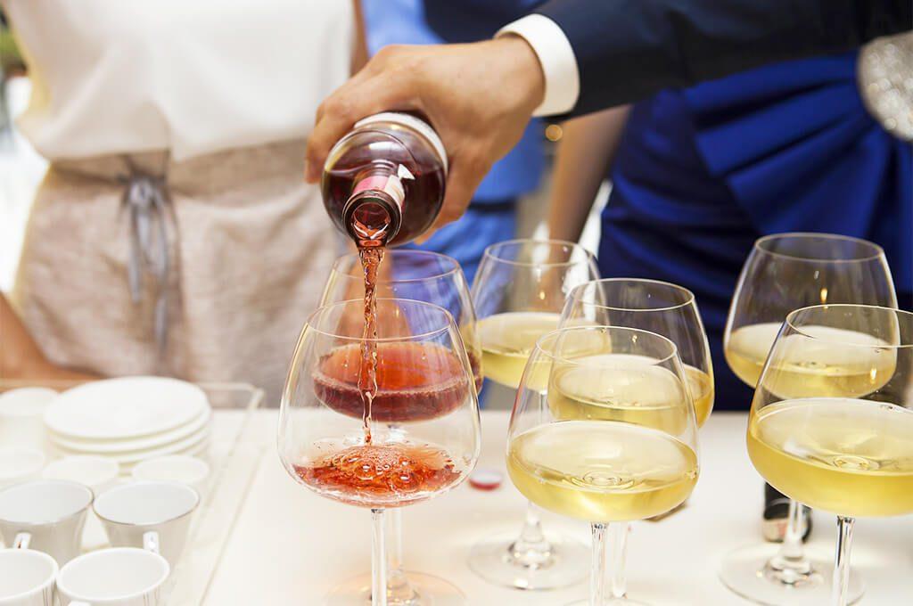 Szklane butelki i słoiczki na wesele